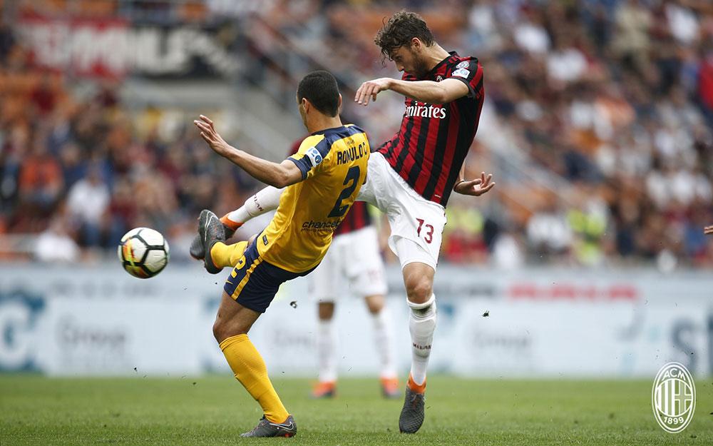 Manuel Locatelli and Rômulo during Milan-Hellas Verona at Stadio San Siro on May 5, 2018. (@acmilan.com)