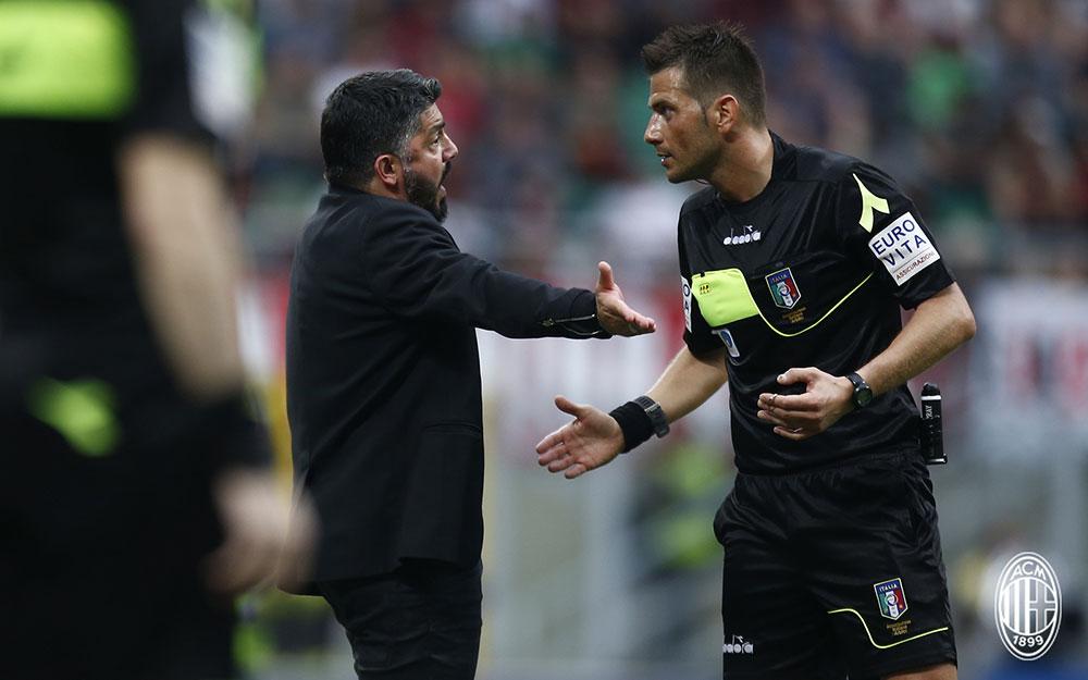Gennaro Gattuso and referee Fabrizio Pasqua during Milan-Hellas Verona at Stadio San Siro on May 5, 2018. (@acmilan.com)