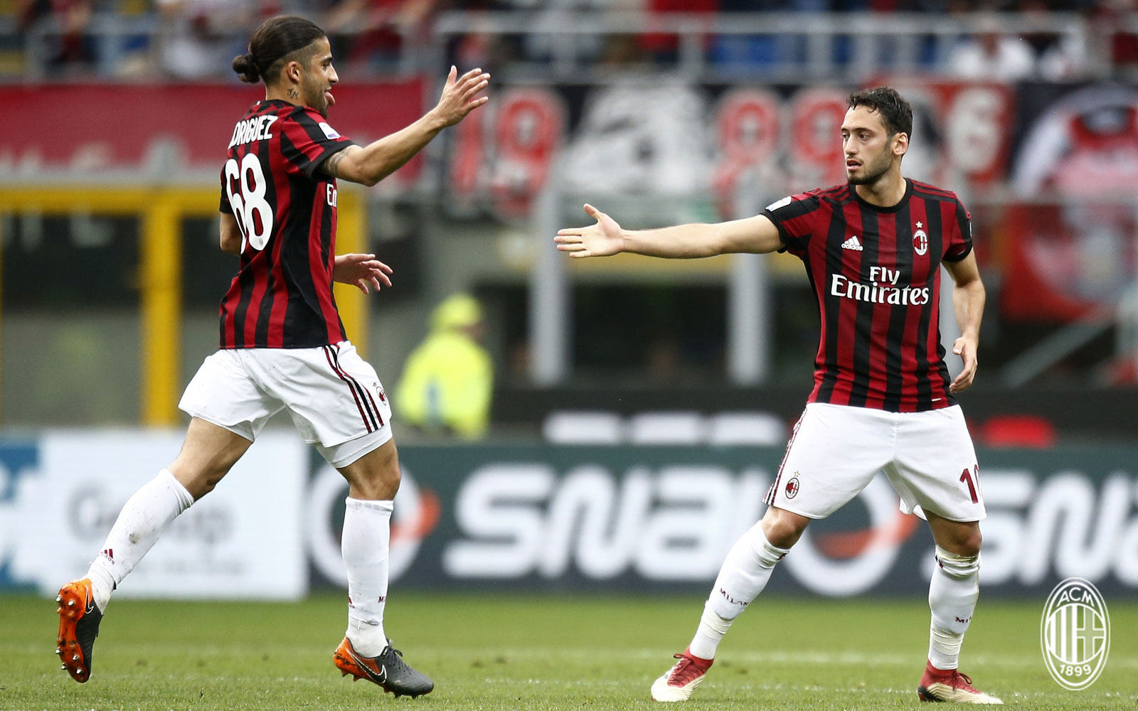 Ricardo Rodriguez and Hakan Çalhanoğlu celebrating during Milan-Fiorentina at Stadio San Siro on May 20, 2018. (@acmilan.com)