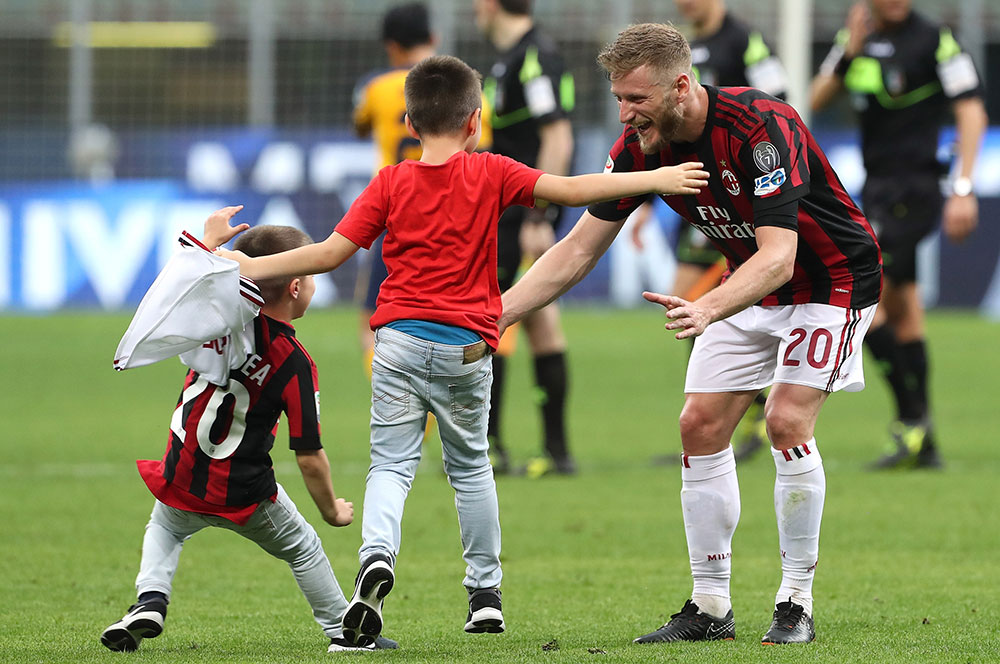 Ignazio Abate celebrating with his kids at the end of Milan-Hellas Verona at Stadio San Siro on May 5, 2018. (Photo by Marco Luzzani/Getty Images)