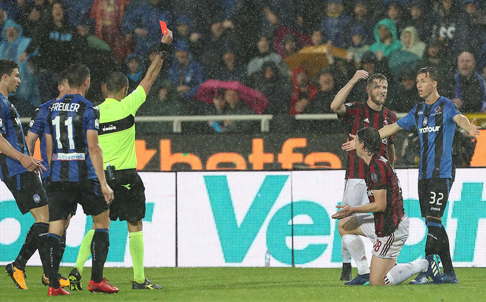Riccardo Montolivo shown a red card by referee Marco Guida during Atalanta-Milan at Stadio Atleti Azzurri d'Italia on May 13, 2018. (Photo by Marco Luzzani/Getty Images)
