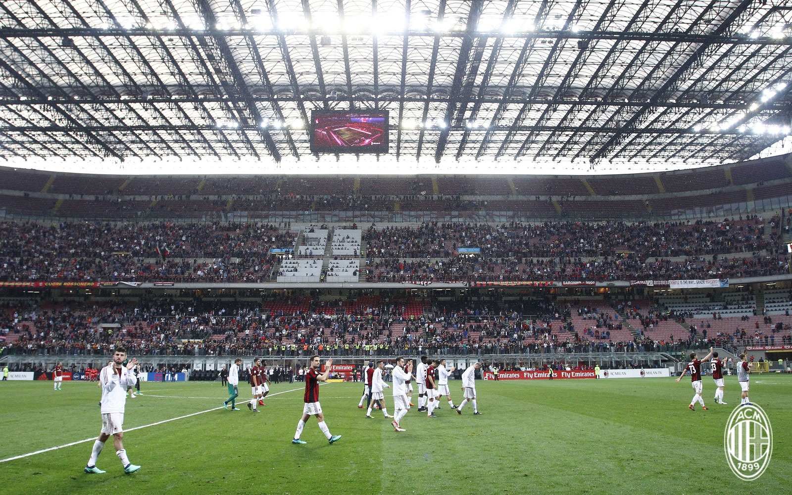 Milan players thanking the fans at the end of Milan-Fiorentina at Stadio San Siro on May 20, 2018. (@acmilan.com)