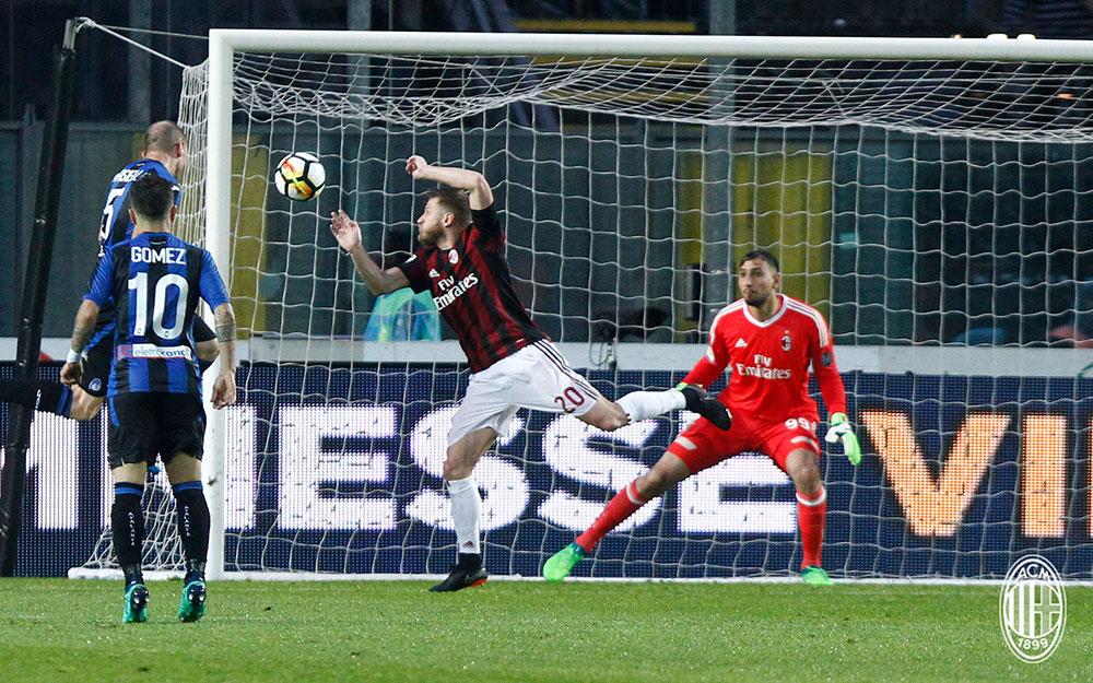 Andrea Masiello scoring during Atalanta-Milan at Stadio Atleti Azzurri d'Italia on May 13, 2018.  (@acmilan.com)