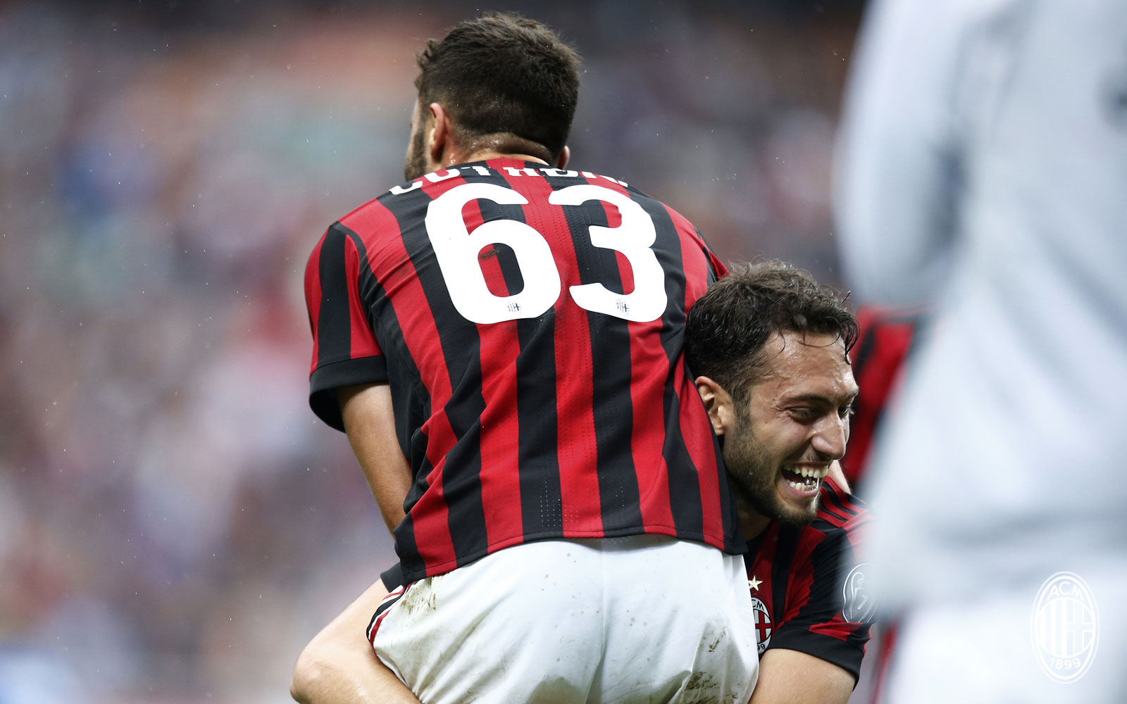 Patrick Cutrone and Hakan Çalhanoğlu celebrating during Milan-Fiorentina at Stadio San Siro on May 20, 2018. (@acmilan.com)
