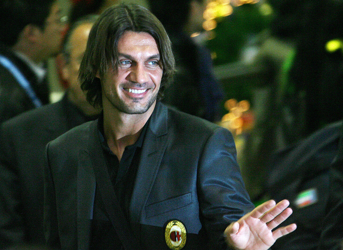 Paolo Maldini smiling at supporters upon Milan's arrival at the Narita airport, 06 December 2007. (TOSHIFUMI KITAMURA/AFP/Getty Images)