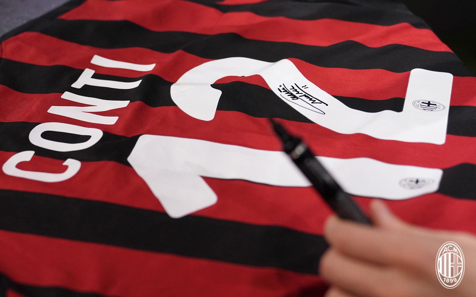 Andrea Conti's signed #12 jersey. (@acmilan.com)