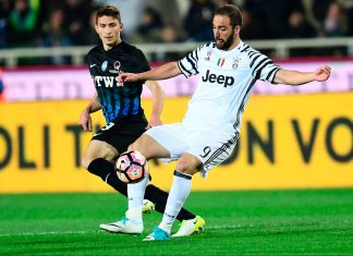 Gonzalo Higuain and Mattia Caldara during Atalanta-Juventus at Stadio Atleti Azzurri d'Italia on April 28, 2017. (MIGUEL MEDINA/AFP/Getty Images)