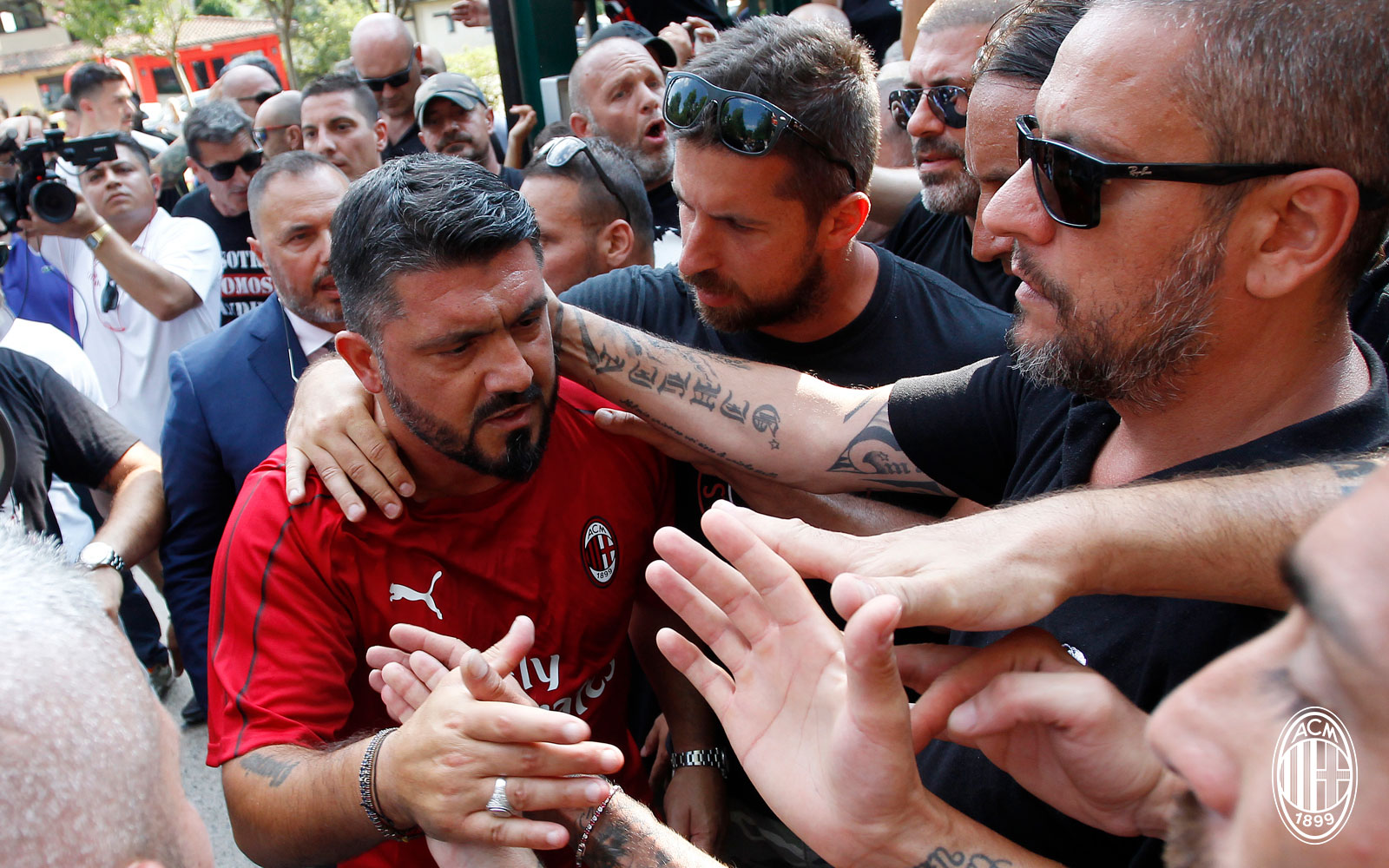 Gennaro Gattuso with fans during training at Milanello on July 9, 2018. (@acmilan.com)