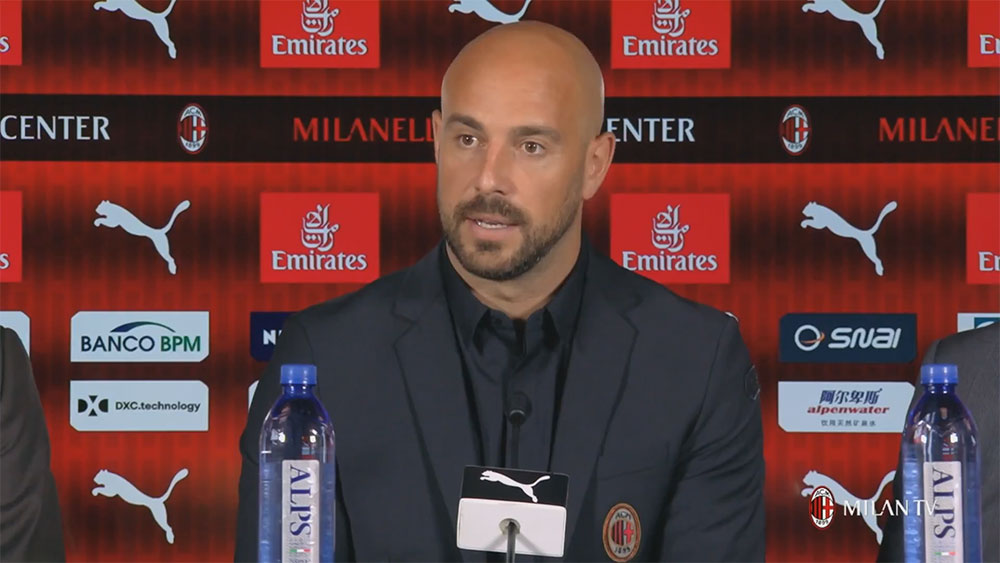 Pepe Reina during his presentation at Milanello on August 10, 2018. (@acmilan.com)