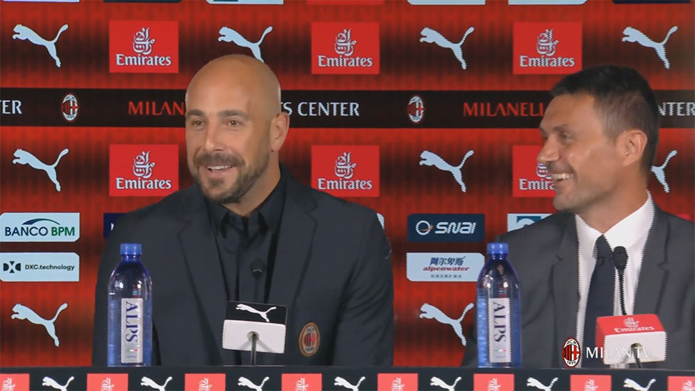 Pepe Reina and Paolo Maldini during the goalkeeper's presentation at Milanello of Milan's new #25 on August 10, 2018. (@acmilan.com)