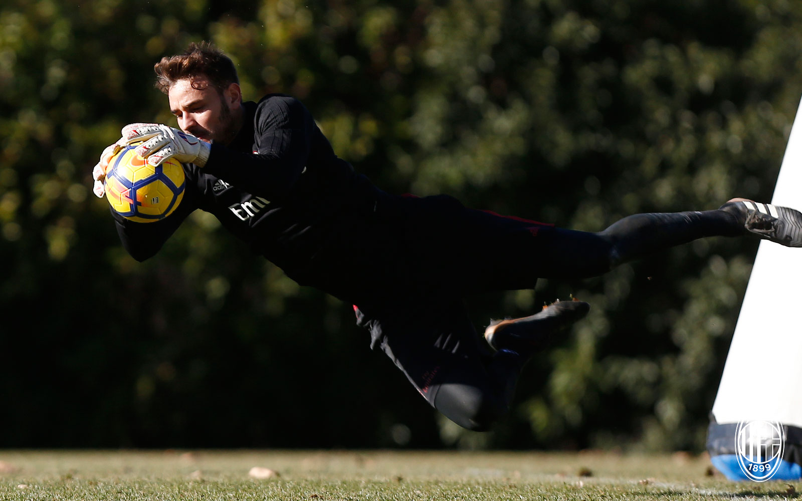 Gabriel during training at Milanello. (@acmilan.com)