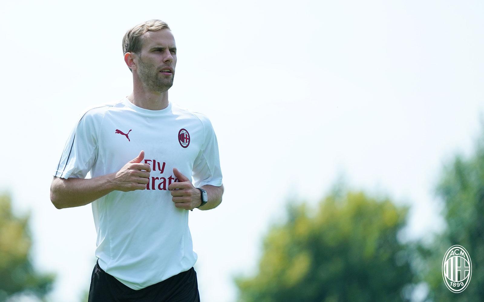 Ivan Strinić during training at Milanello. (@acmilan.com)