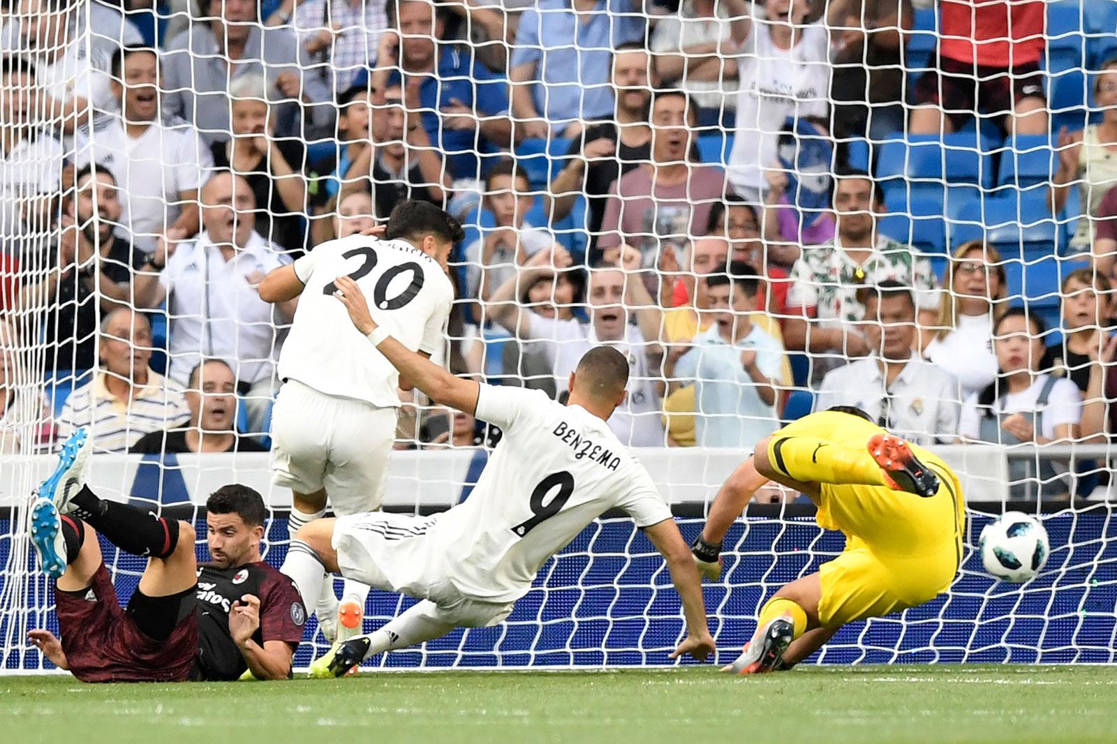 Karim Benzema scoring during Real Madrid-Milan at Estadio Santiago Bernabéu on August 11, 2018. (GABRIEL BOUYS/AFP/Getty Images)