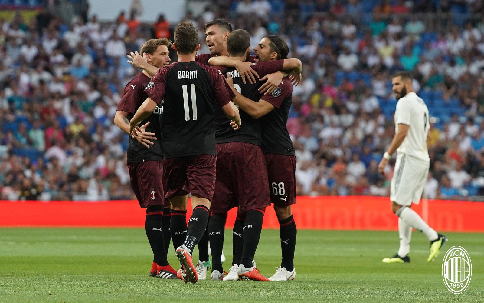 Gonzalo Higuain celebrating with Lucas Biglia, Alessio Romagnoli, Ricardo Rodriguez and Fabio Borini during Real Madrid-Milan at Estadio Santiago Bernabéu on August 11, 2018. (@acmilan.com)