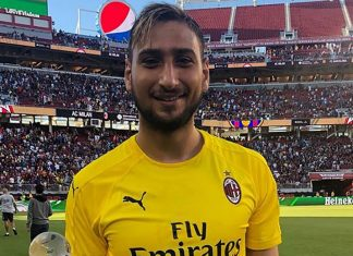 Gianluigi Donnarumma with the MVP trophy at the end of Barcelona-Milan at Levi's Stadium on August 5, 2018. (@acmilan.com)