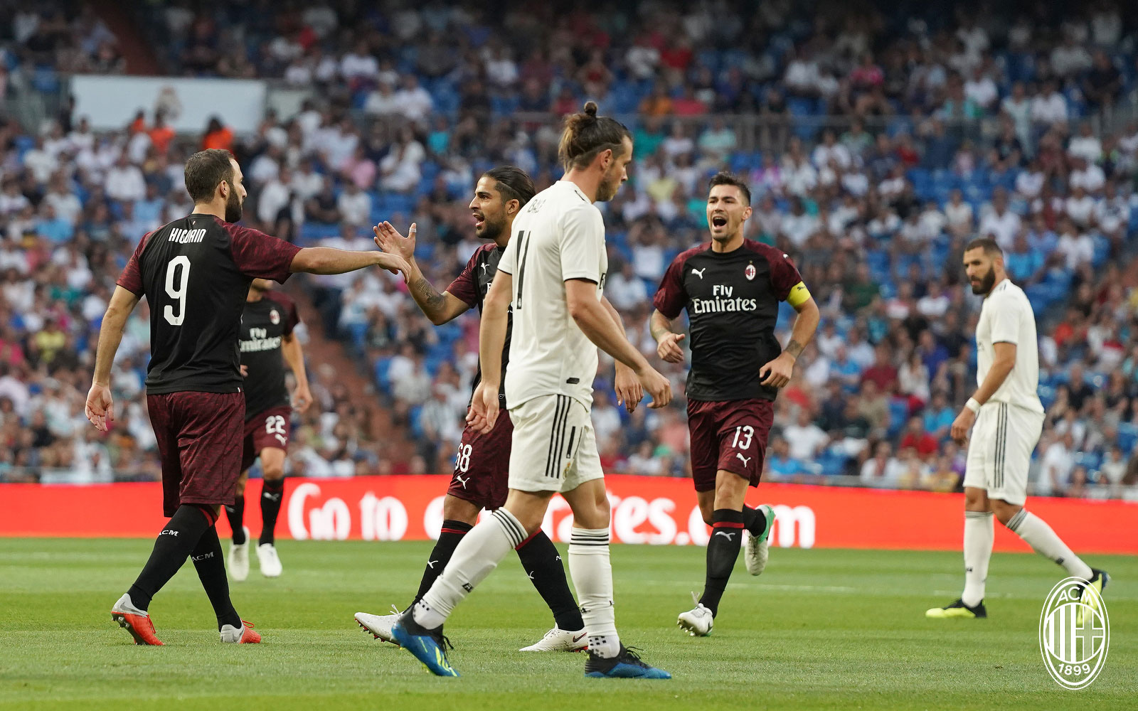 Gonzalo Higuain celebrating with Ricardo Rodriguez and Alessio Romagnoli during Real Madrid-Milan at Estadio Santiago Bernabéu on August 11, 2018. (@acmilan.com)