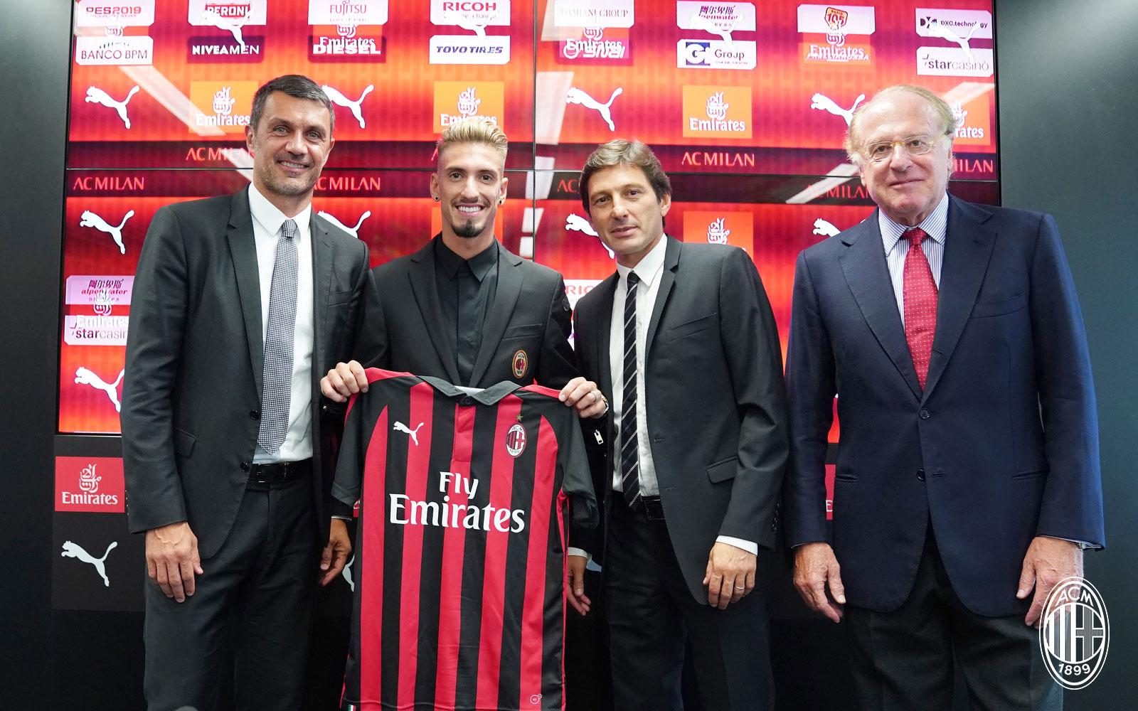 Paolo Maldini, Samu Castillejo, Leonardo and Paolo Scaroni during Castillejo's presentation at Casa Milan on August 17, 2018. (@acmilan.com)