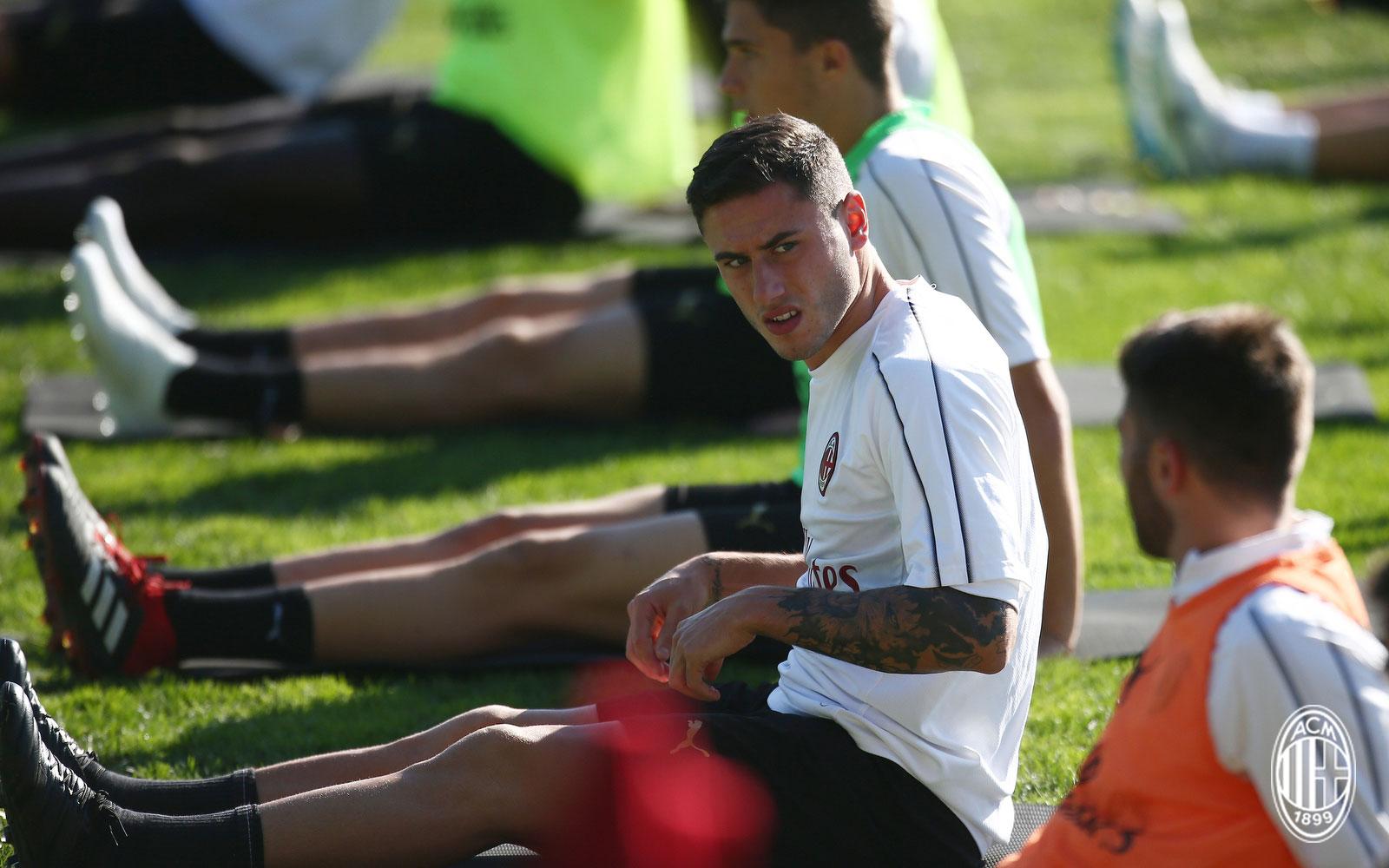 Davide Calabria during training at Milanello. (@acmilan.com)