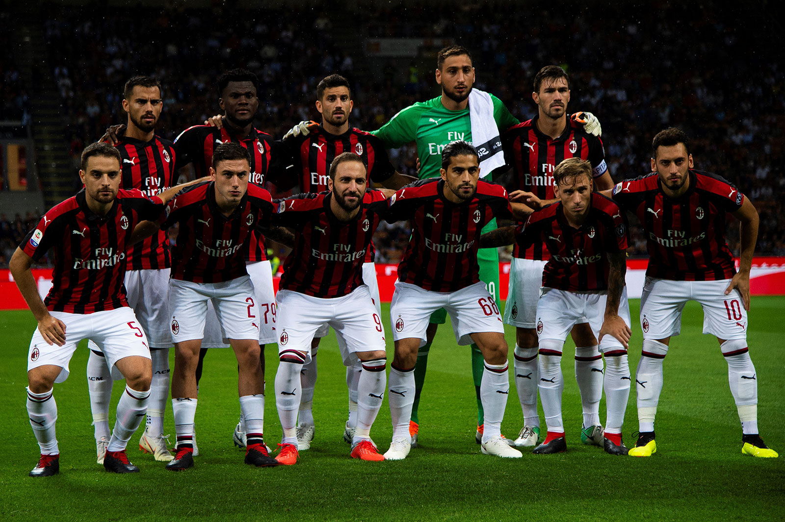 Suso, Franck Kessié, Mateo Musacchio, Gianluigi Donnarumma, Alessio Romagnoli, Giacomo Bonaventura, Davide Calabria, Gonzalo Higuain, Ricardo Rodriguez, Lucas Biglia and Hakan Çalhanoğlu before Milan-Roma at Stadio San Siro on August 31, 2018. (MARCO BERTORELLO/AFP/Getty Images)