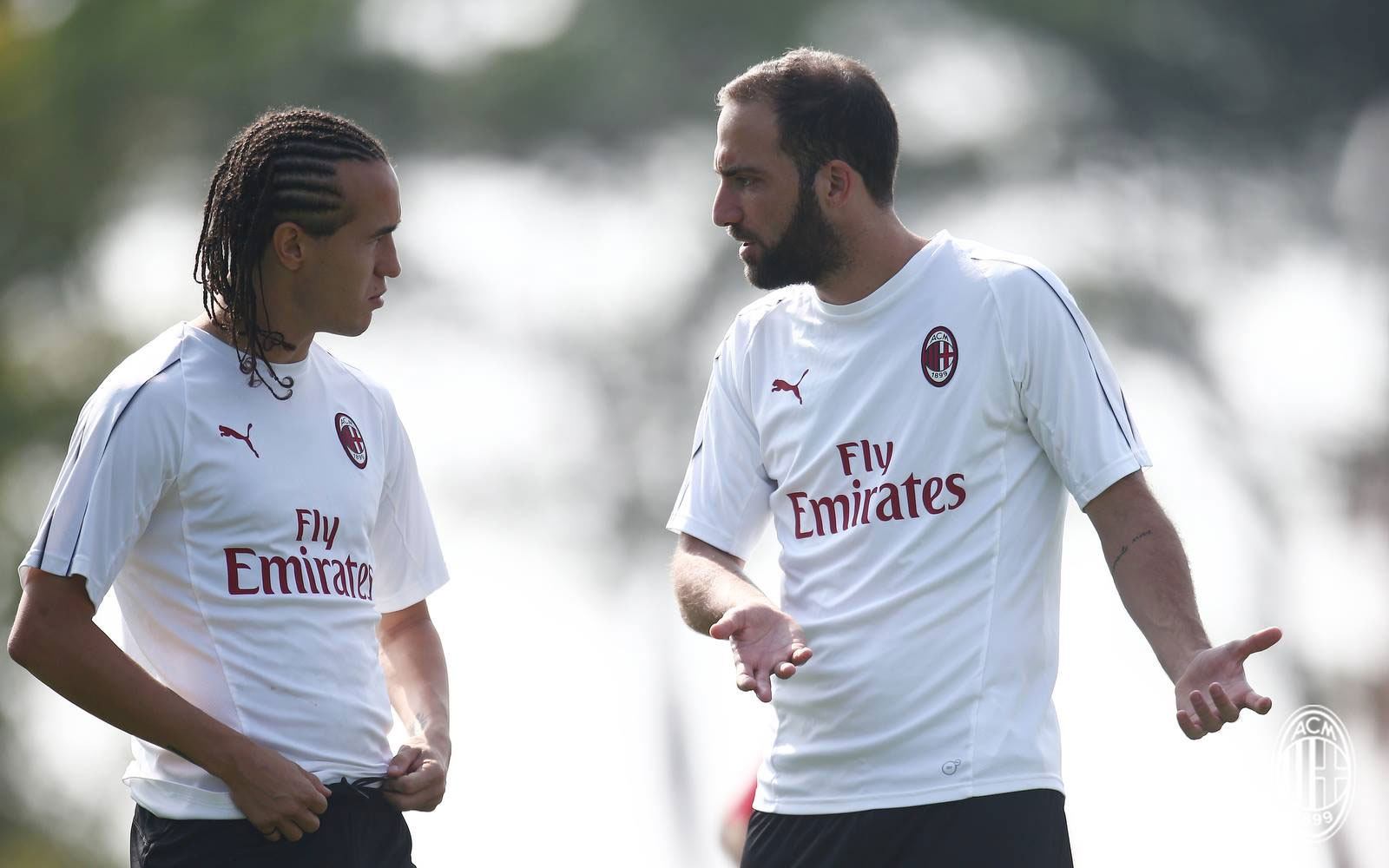 Gonzalo Higuain and Diego Laxalt during training at Milanello. (@acmilan.com)