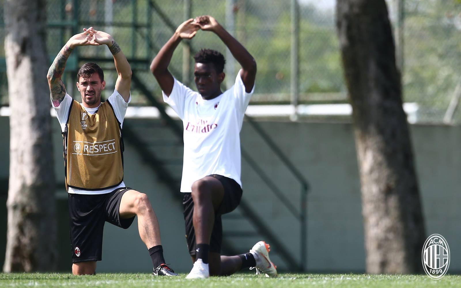 Alessio Romagnoli and Frank Tsadjout during training at Milanello. (@acmilan.com)