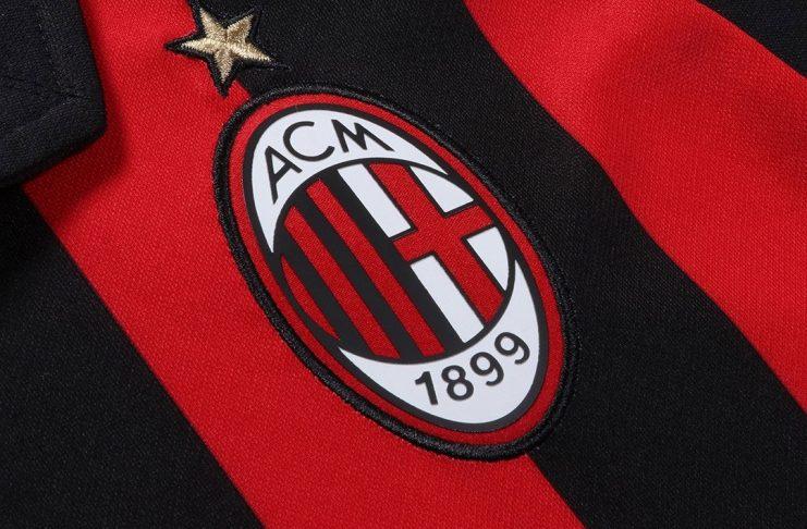 The badge on the Milan home shirt. (@acmilan.com)