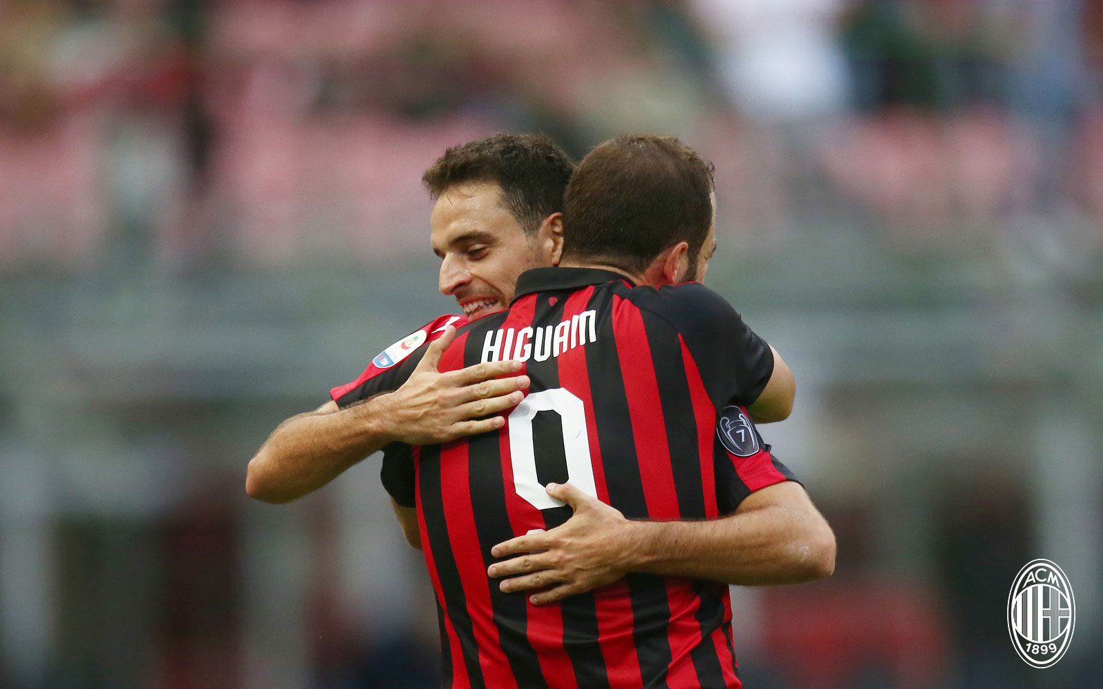 Giacomo Bonaventura and Gonzalo Higuain celebrating during Milan-Chievo at Stadio San Siro on October 7, 2018. (@acmilan.com)