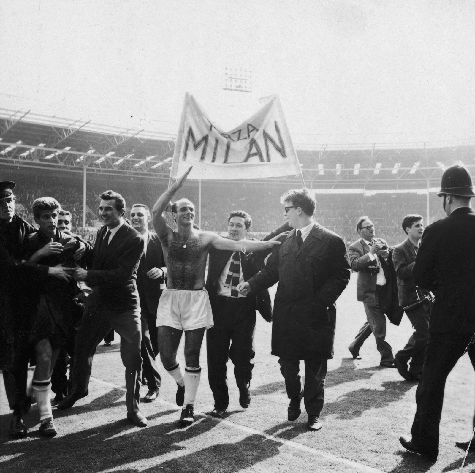 Milan players and fans celebrating their victory over Benfica in the European Cup Final at Wembley on May 22, 1963. (Photo by Evening Standard/Getty Images)