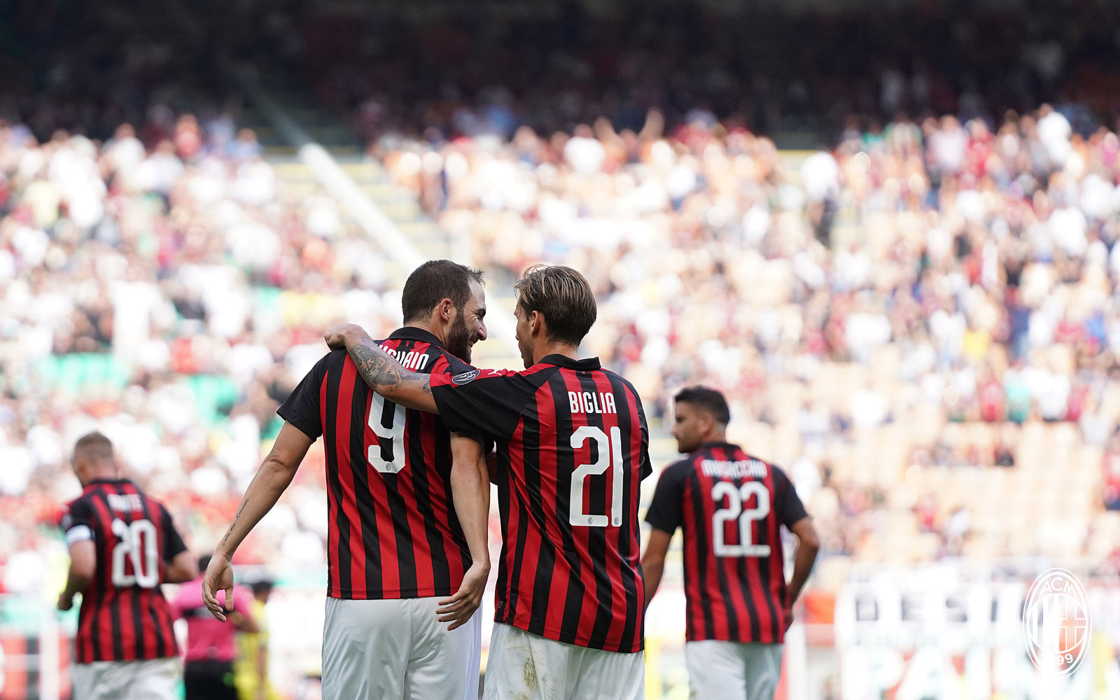 Gonzalo Higuain and Lucas Biglia celebrating during Milan-Chievo at Stadio San Siro on October 7, 2018. (@acmilan.com)