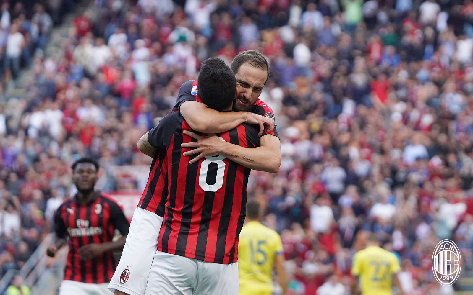 Gonzalo Higuain and Suso celebrating during Milan-Chievo at Stadio San Siro on October 7, 2018. (@acmilan.com)