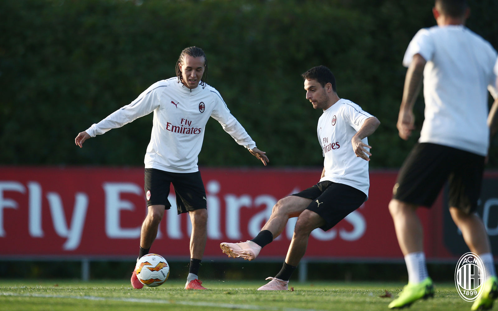Giacomo Bonaventura and Diego Laxalt during training at Milanello. (@acmilan.com)
