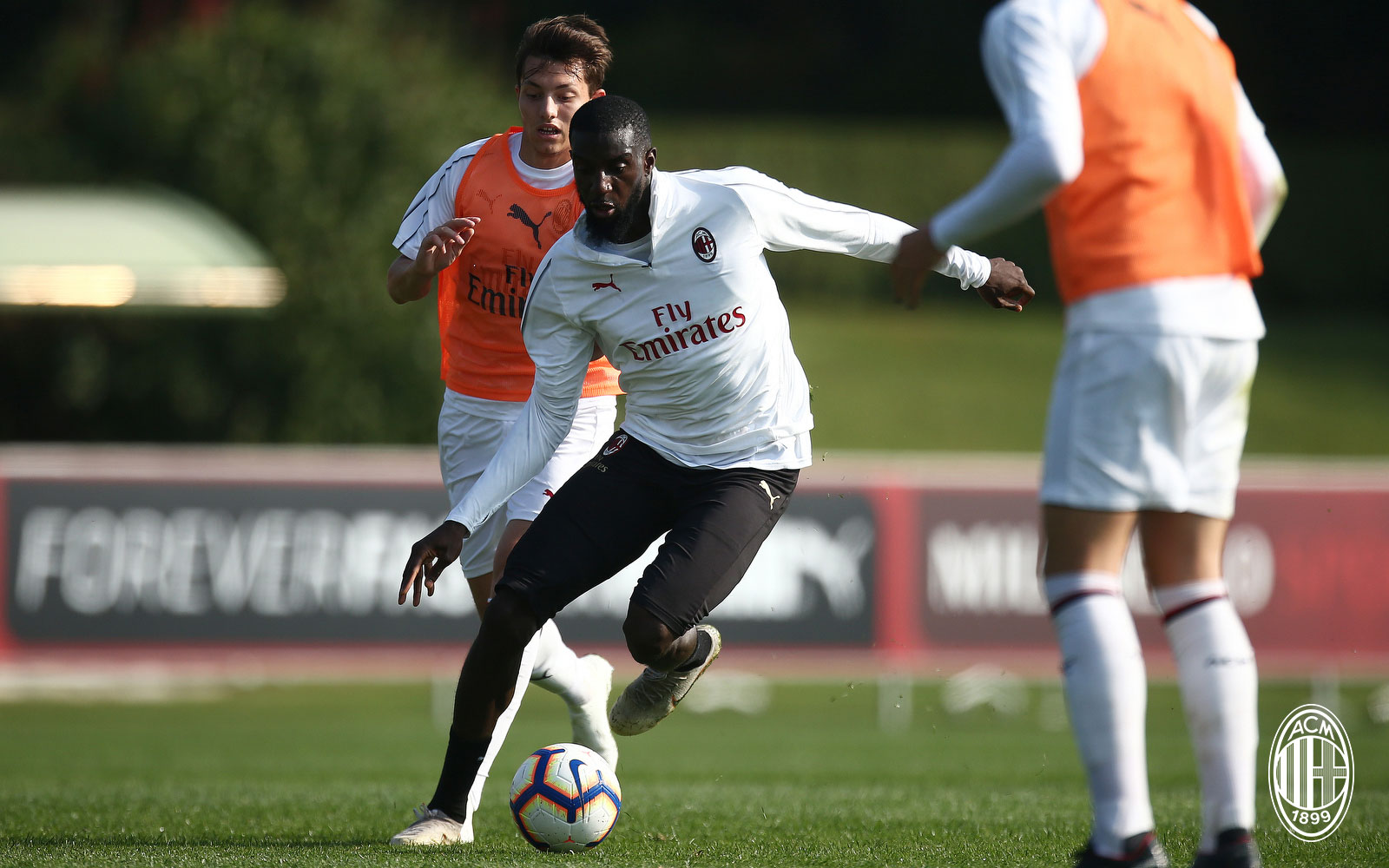 Tiémoué Bakayoko during a training match against the Primavera on October 13, 2018. (@acmilan.com)
