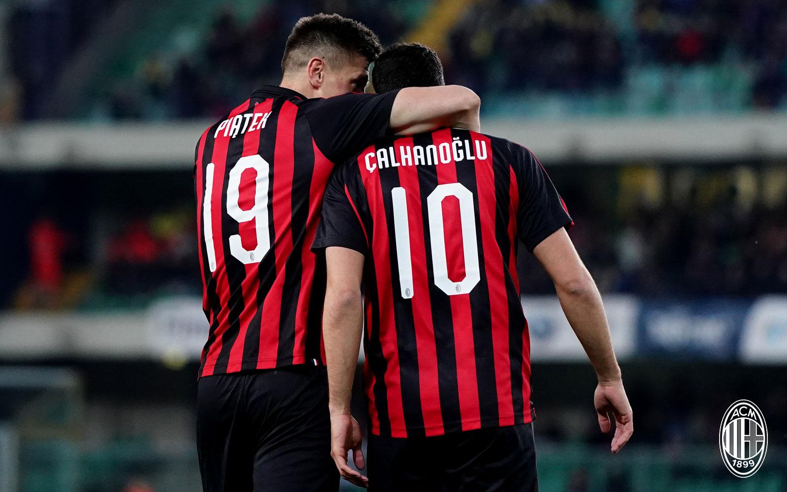 Krzysztof Piątek and Hakan Çalhanoğlu celebrating during Chievo-Milan at Stadio Marc'Antonio Bentegodi on March 10, 2019. (@acmilan.com)
