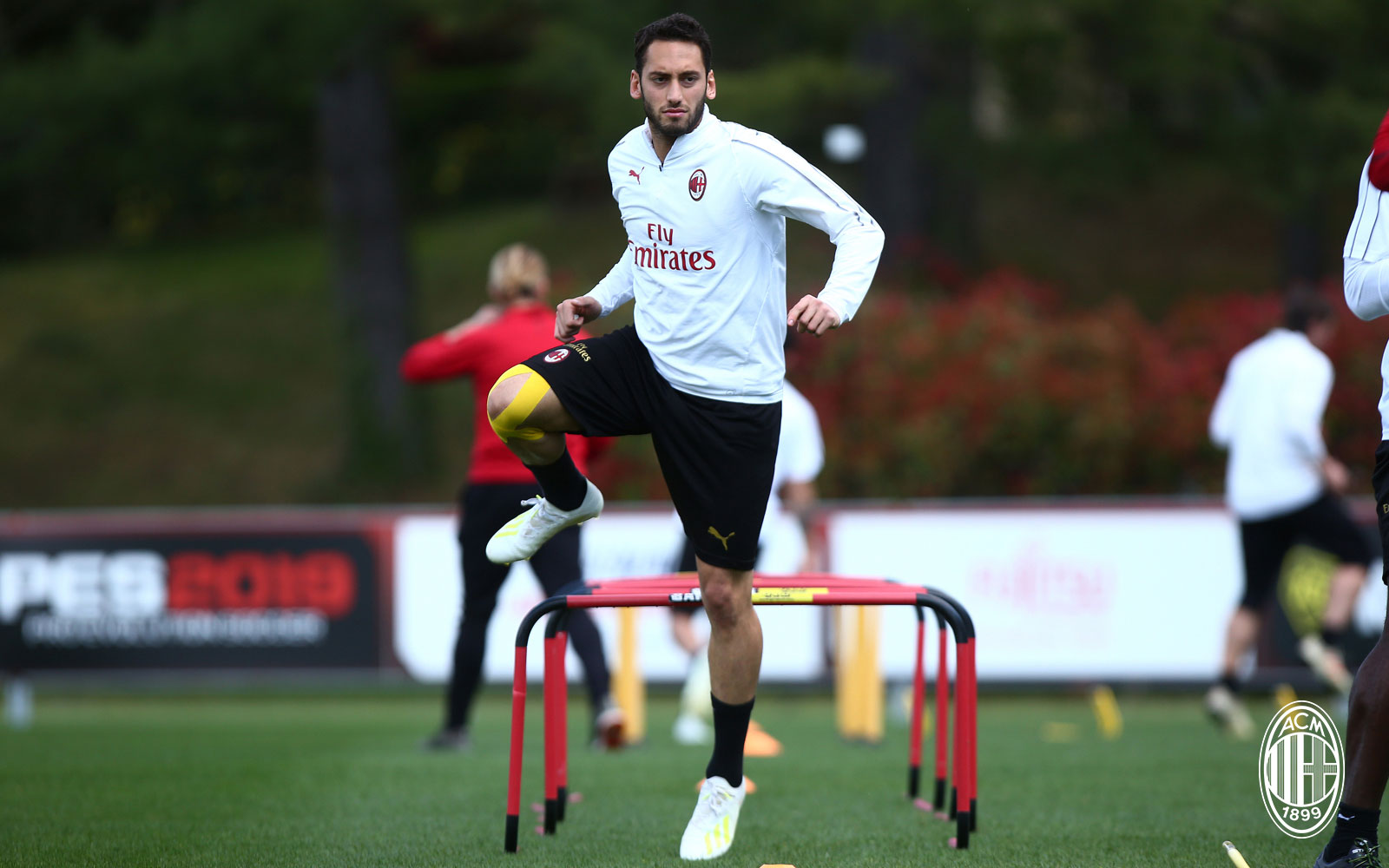 Hakan Çalhanoğlu during training at Milanello. (@acmilan.com)