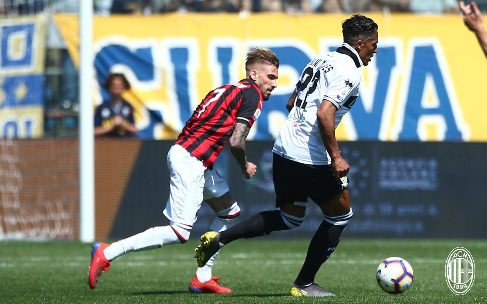 Samu Castillejo and Bruno Alves during Parma-Milan at Stadio Ennio Tardini on April 20, 2019. (@acmilan.com)