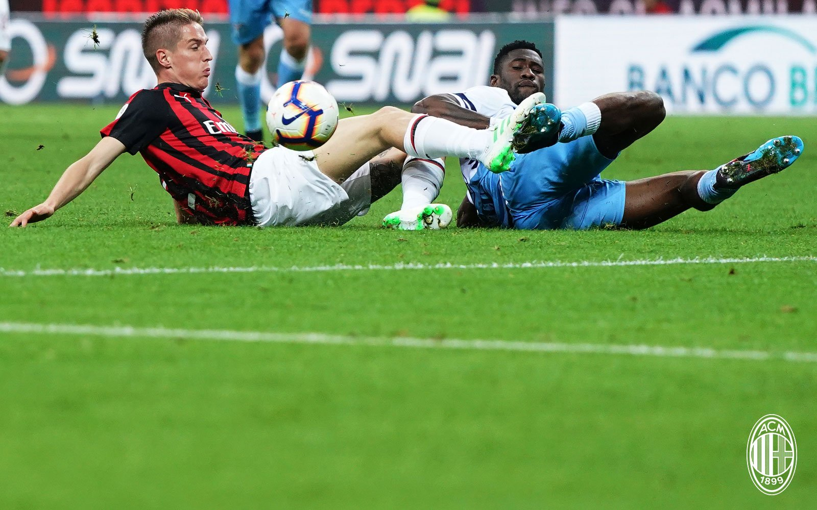 Andrea Conti and Bastos during Milan-Lazio at Stadio San Siro on April 24, 2019. (@acmilan.com)