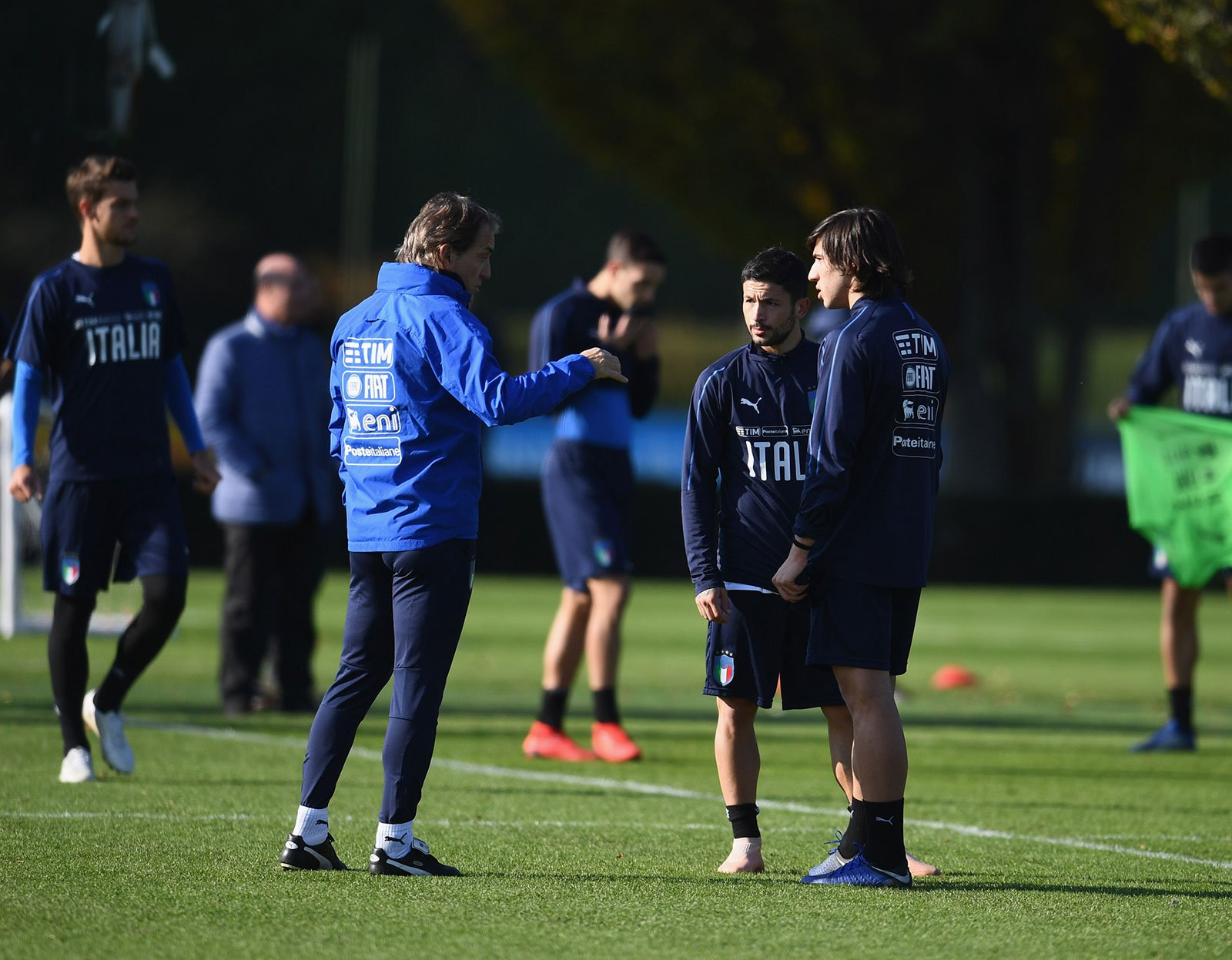 Sandro Tonali and Stefano Sensi talking to Roberto Mancini during an Italy training session at Appiano Gentile on November 18, 2018. (Photo by Claudio Villa/Getty Images)